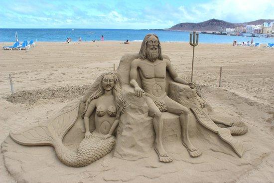 Playa de Las Canteras: sand statue