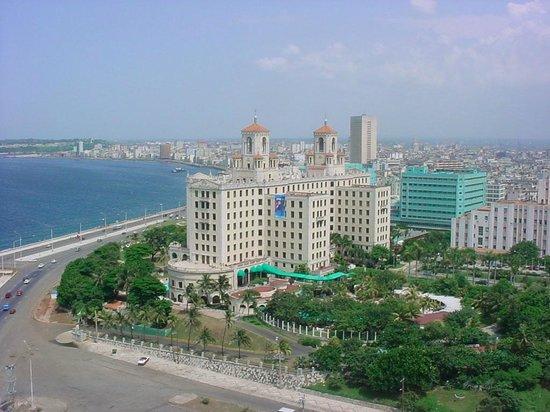 Hotel Nacional de Cuba: Vista del hotel enclavado en la bahia