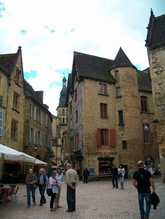 Cathédrale Saint-Sacerdos  : Город без электрических проводов