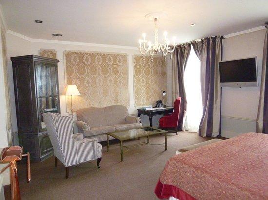 El Palace Hotel: ソファーもあって、部屋でゆったりとくつろげます。