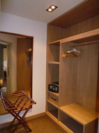 El Palace Hotel: 独立した小部屋にはクローゼット。着替えができるほどの広さがあります。