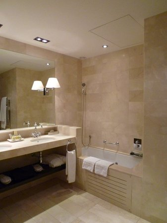 El Palace Hotel: 大きなバスタブに洗面台が2つ。