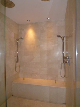 El Palace Hotel: バスタブとは独立したシャワースペース。水圧はバッチリです!