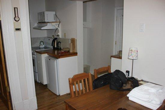 University Bed & Breakfast: Kitchen area