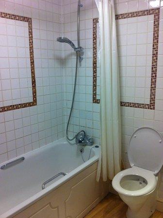 White Hart Hotel: executive bathroom