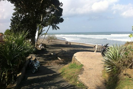 Pondok Pitaya: Hotel, Surfing and Yoga : The way to the beach (only takes 30 steps away from the front gate, I guess)