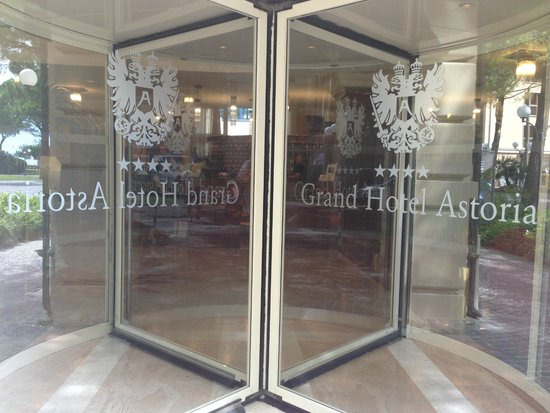 Grand Hotel Astoria: Entry
