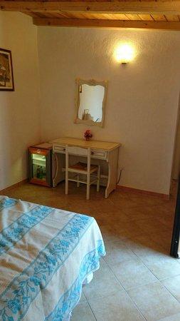 Hotel Ristorante Pizzeria Il Timone: Minibar und Schreibtisch