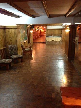 Hotel Huemul : Área comum, limpa e aconchegante