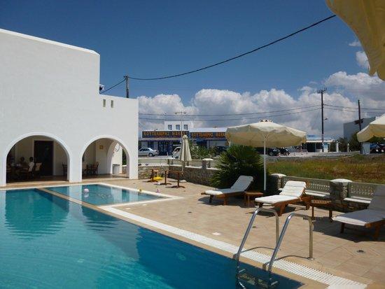 Perla Hotel: piscina e supermercato oltre la strada