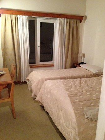 Hotel Huemul : Quarto pequeno, muito pequeno para 03 pessoas
