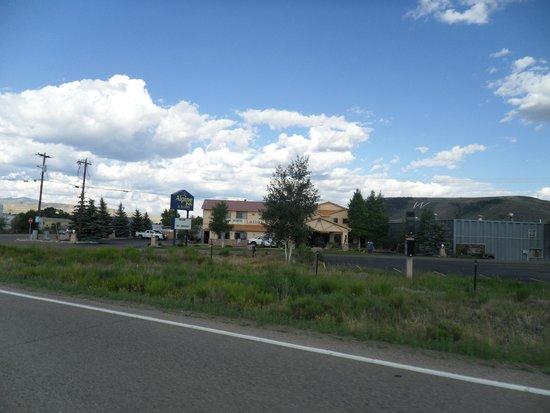 The Alpine Inn : Alpine Inn from road