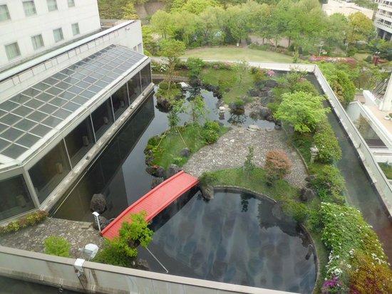 Hotel Fujita Fukui: 部屋から見える2階レストランの庭