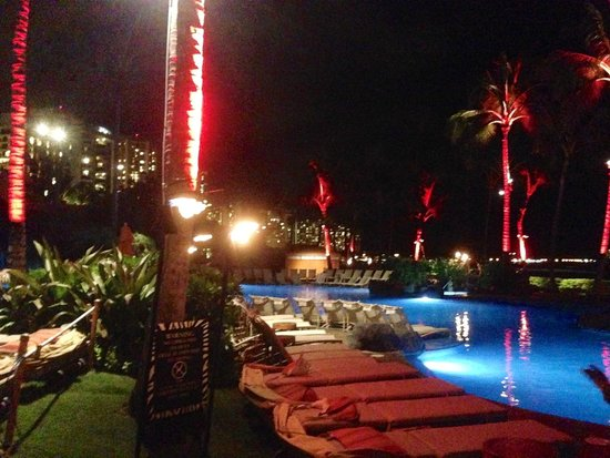 Sheraton Waikiki: at night