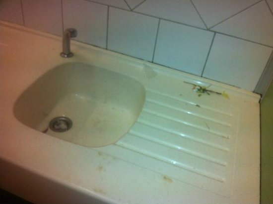 Domaine des Ormes: dirty sinks, not cleaned the next morning also!