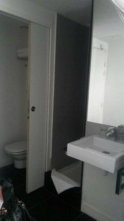Maxim Folies : Baño incorporado, no tenía puerta.