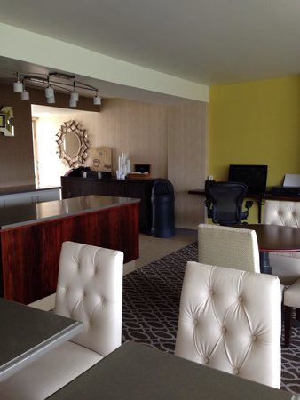 Sheraton Pleasanton Hotel : Inside the club lounge
