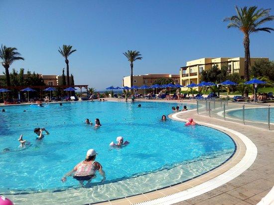 Horizon Beach Resort: piscine centrale