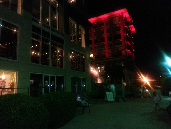 Hampton Inn & Suites Greenville - Downtown - Riverplace: At Night