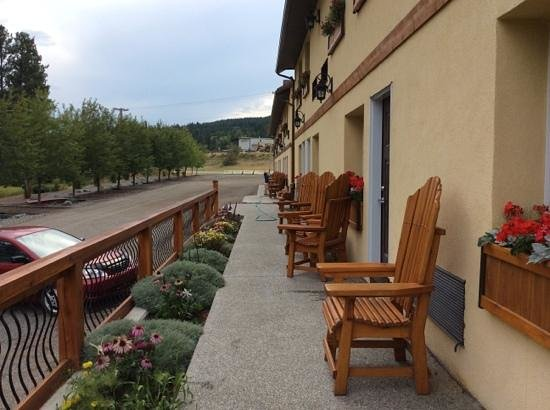 Elizabeth Lake Lodge: our side of the lodge