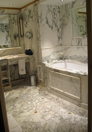 Le Meurice : The lovely marblle bathroom with one of those deep European tubs you can sink into.