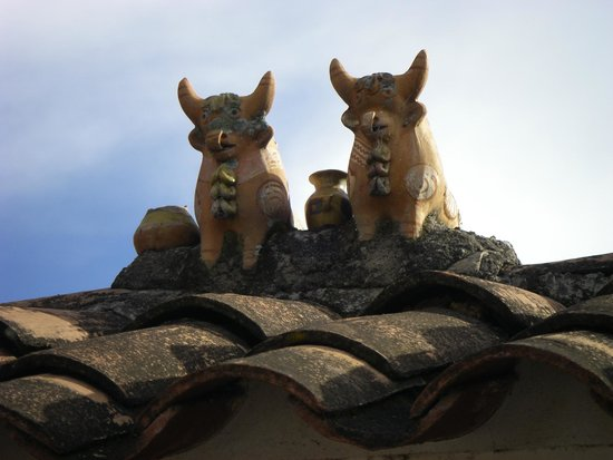 Sol y Luna - Relais & Chateaux: Oxen statue on roof of lodge