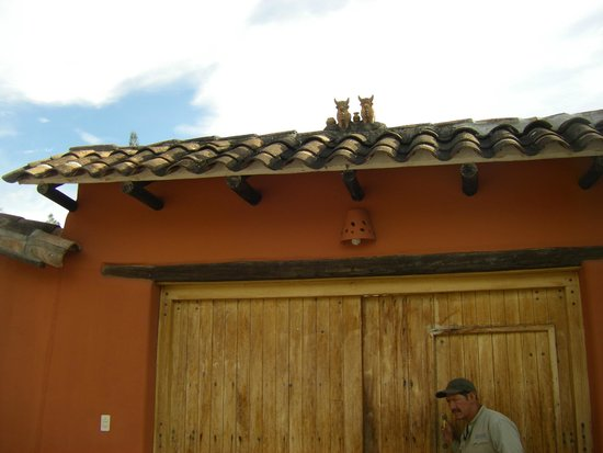 Sol y Luna - Relais & Chateaux: Oxen on roof of lodge