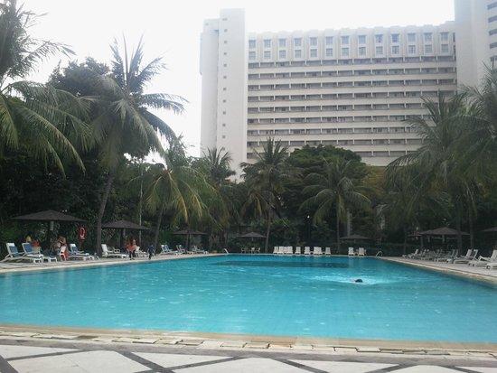 Hotel Borobudur Jakarta: Poolside view of hotel