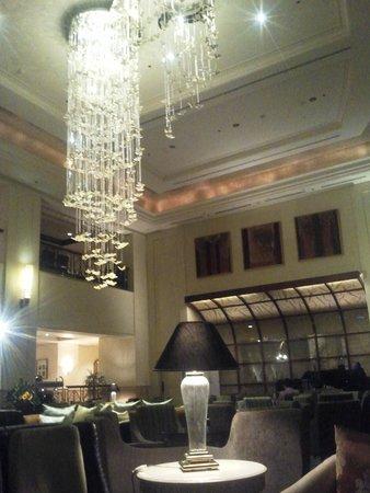 Hotel Borobudur Jakarta: Piano bar with chandelier