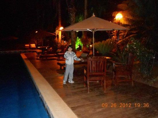 Orquídeas Hotel & Cabañas: Pileta durante la noche