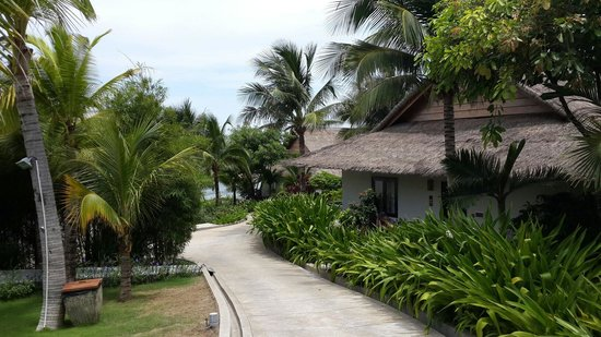 The Cliff Resort & Residences: По дороге на пляж