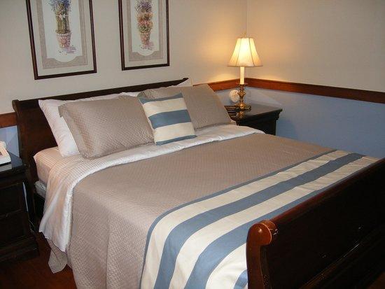 Liberty Lodge at Sister Bay: Bed