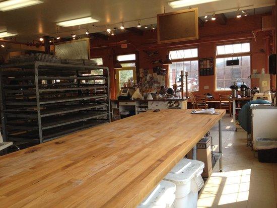 Great Harvest Bread Co.: Il retro bottega a vista sulla sala da pranzo