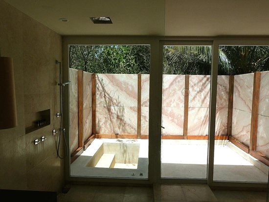 Blue Diamond Luxury Boutique Hotel: Shower area of bathroom with outdoor tub...
