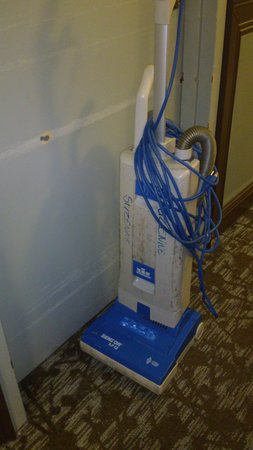 Doubletree by Hilton Grand Hotel Biscayne Bay: Vacuum cleaner in the corridor
