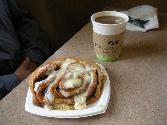 Denali Princess Wilderness Lodge: Cinnamon Roll, So Good!