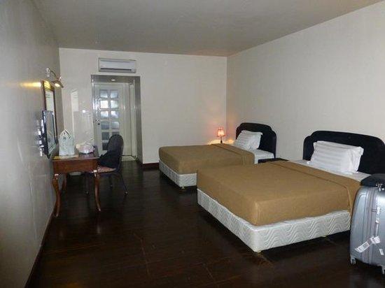 Raintree Beach & Golf Resort: big room but uncomfortable bed