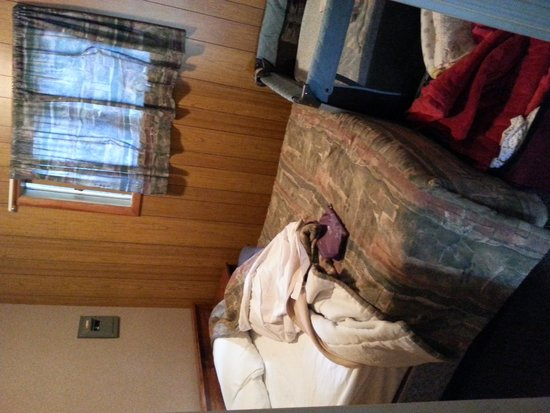 Elkwater Lake Lodge and Resort: Cabin Bedroom with Playpen
