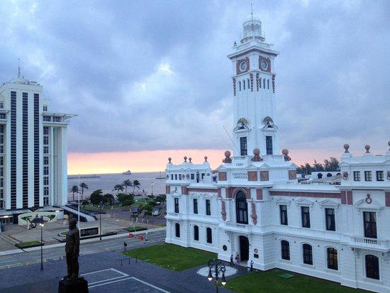 Emporio Veracruz: El faro al amanecer