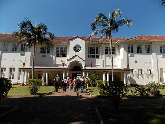 The Victoria Falls Hotel: Vista del patio interior desde el edificio de recepción