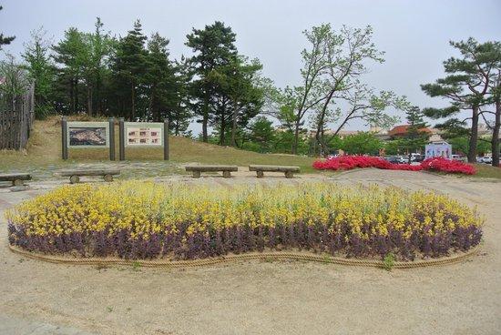 Seorak Cinerma: Small garden outside of theme park