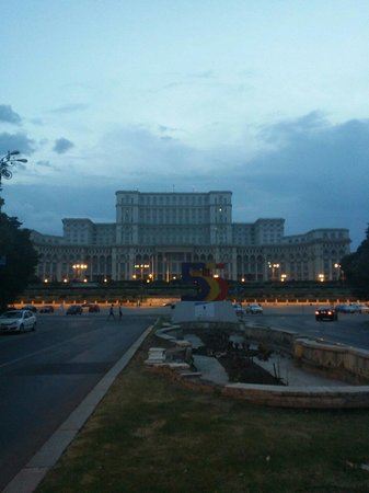 Palace of Parliament: Palace in the evening