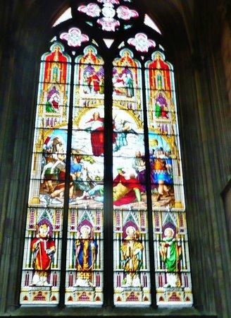 Kölner Dom: Eines der vielen bunten Fenster.