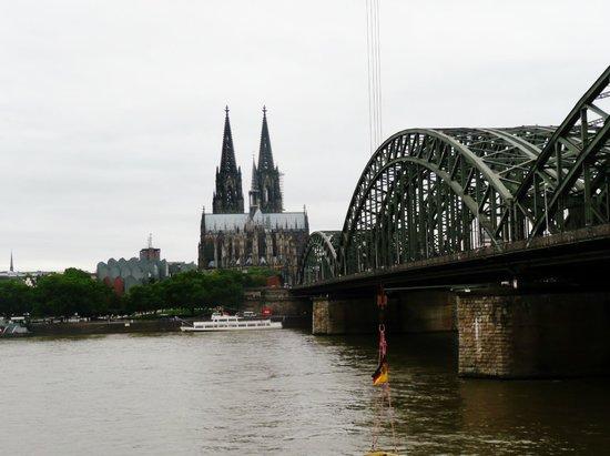 Kölner Dom: Der Dom mit Hohenzollerbrücke