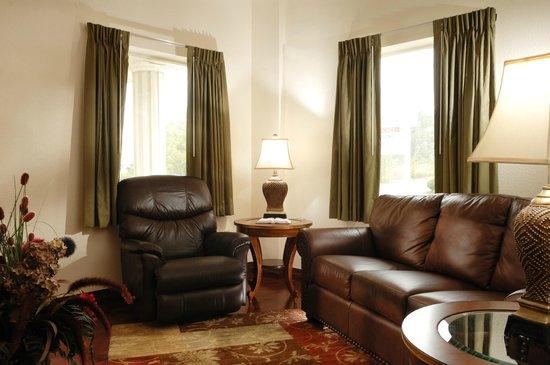 Savannah House Hotel : In-Room Jacuzzi Suite Sitting Area
