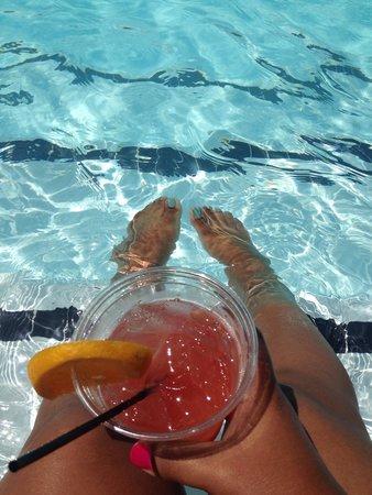 Omni San Diego Hotel : Enjoying my poolside Mai Tai. I got the best tan in San Diego!