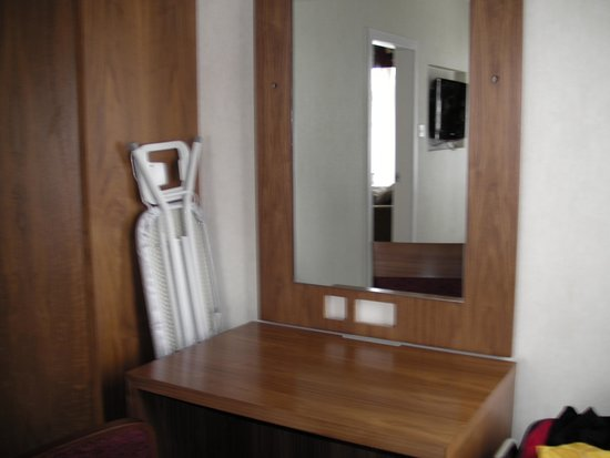 Hilton Aberdeen Treetops Hotel: Ironing Board