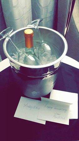 Hilton Minneapolis : Moscato Delivered for Anniversary