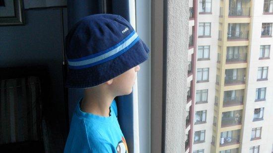 Wyndham Bonnet Creek Resort : Kids love to look from the window