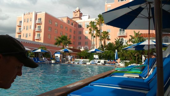 Loews Don CeSar Hotel: Looking at hotel from one of the pools